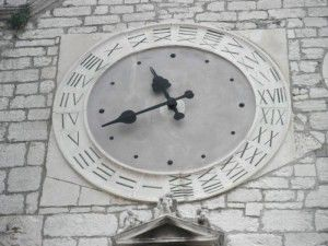 Kamena ploča sata s dvostrukom  oznakom brojeva