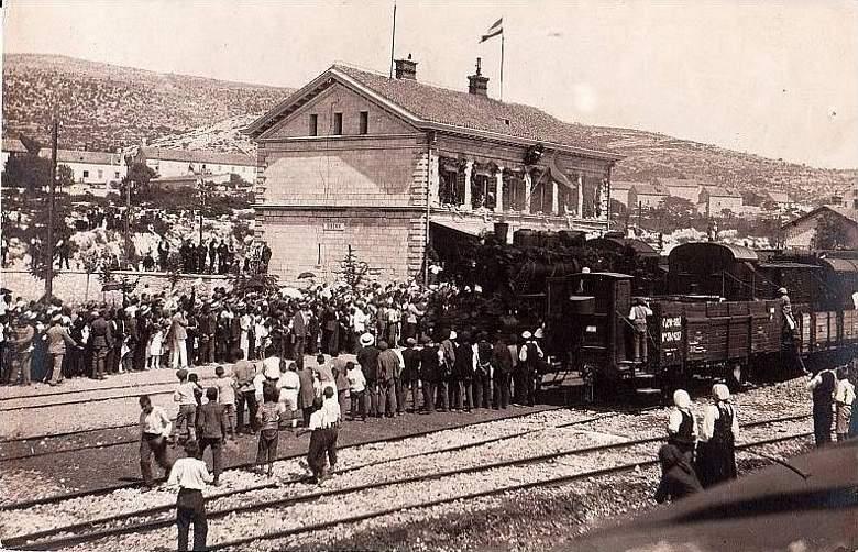 Nekoć je na šibenskom kolodovoru bilo više ljudi i vlakova (izvor: ww.zeljeznice.net)