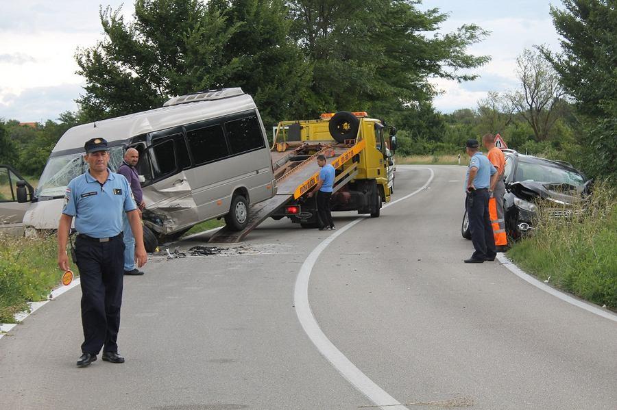 U nesreći kod Đevrsaka 13 ozlijeđenih: Toyota skrenula u lijevu traku i udarila u minibus