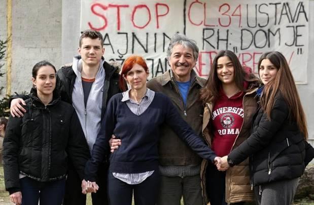 Zvižduci s Bukovca – radi najavljene deložacije stotine ljudi pred kućom deveteročlane obitelji Cvjetković