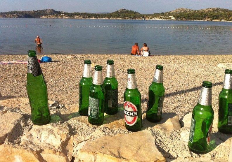 Danju na Banju: Boce, čaše, otpaci u moru, na pijesku, plaži, tribinama… vrijeme je za plutajući kolegij