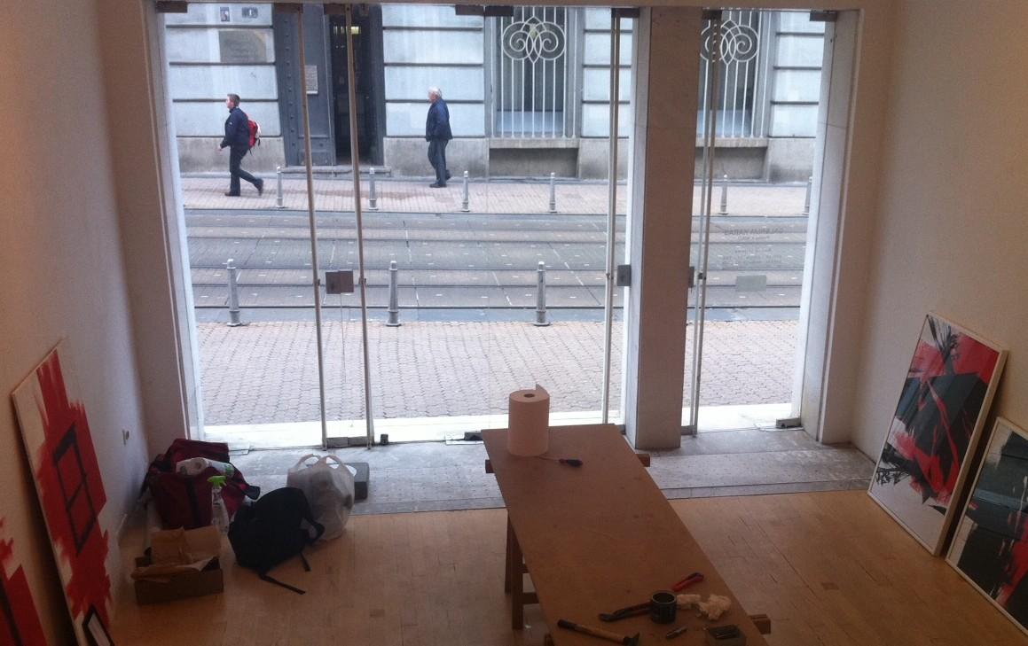 Pogled iz galerije kroz staklena vrata na Prašku ulicu, dok se postavljala jedna od izložbi (foto TRIS)