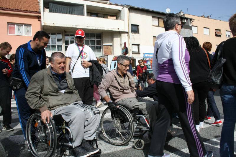 """Članovi Udruge osoba s invaliditetom """"Sveti Bartolomej"""" blokirali promet u Kninu"""