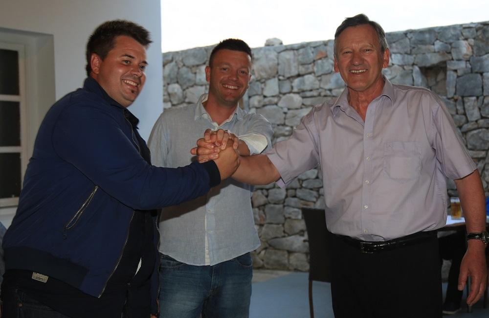 Kandidati za načelnika i zamjenika Toni Turčinov i Petar Ježina sinoć su slavili s nositeljem liste HSS-HNS-a Edom Juragom (Foto: Tris/Nino Šolić)