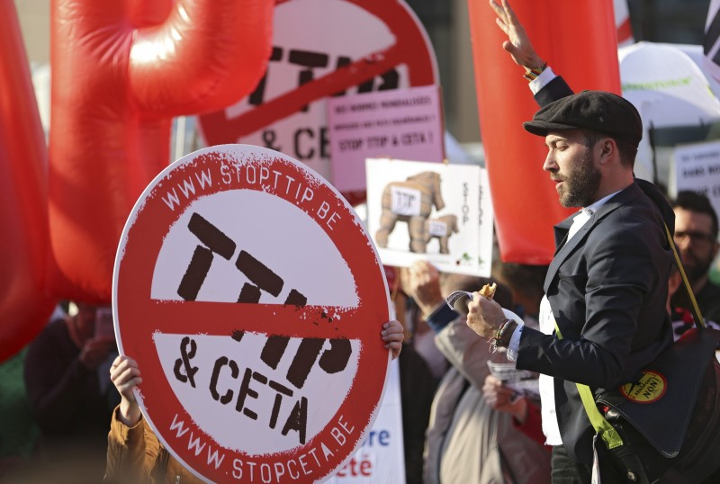 S jednog od prosvjeda protiv CETa-e i TTIP-a - Foto: EPA/OLIVIER HOSLET