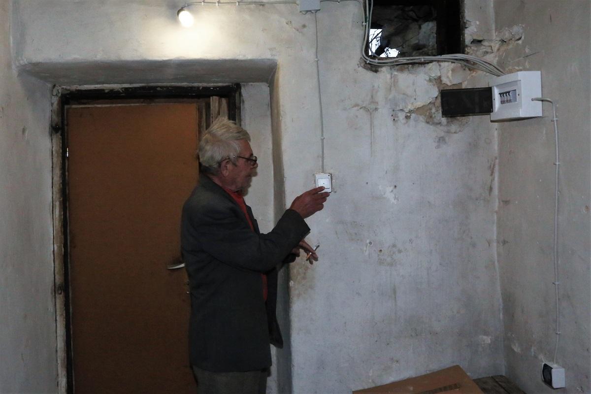 Andrija Vukša pali svoje 12 godina čekano svjetlo (Foto: Tris/H. Pavić)