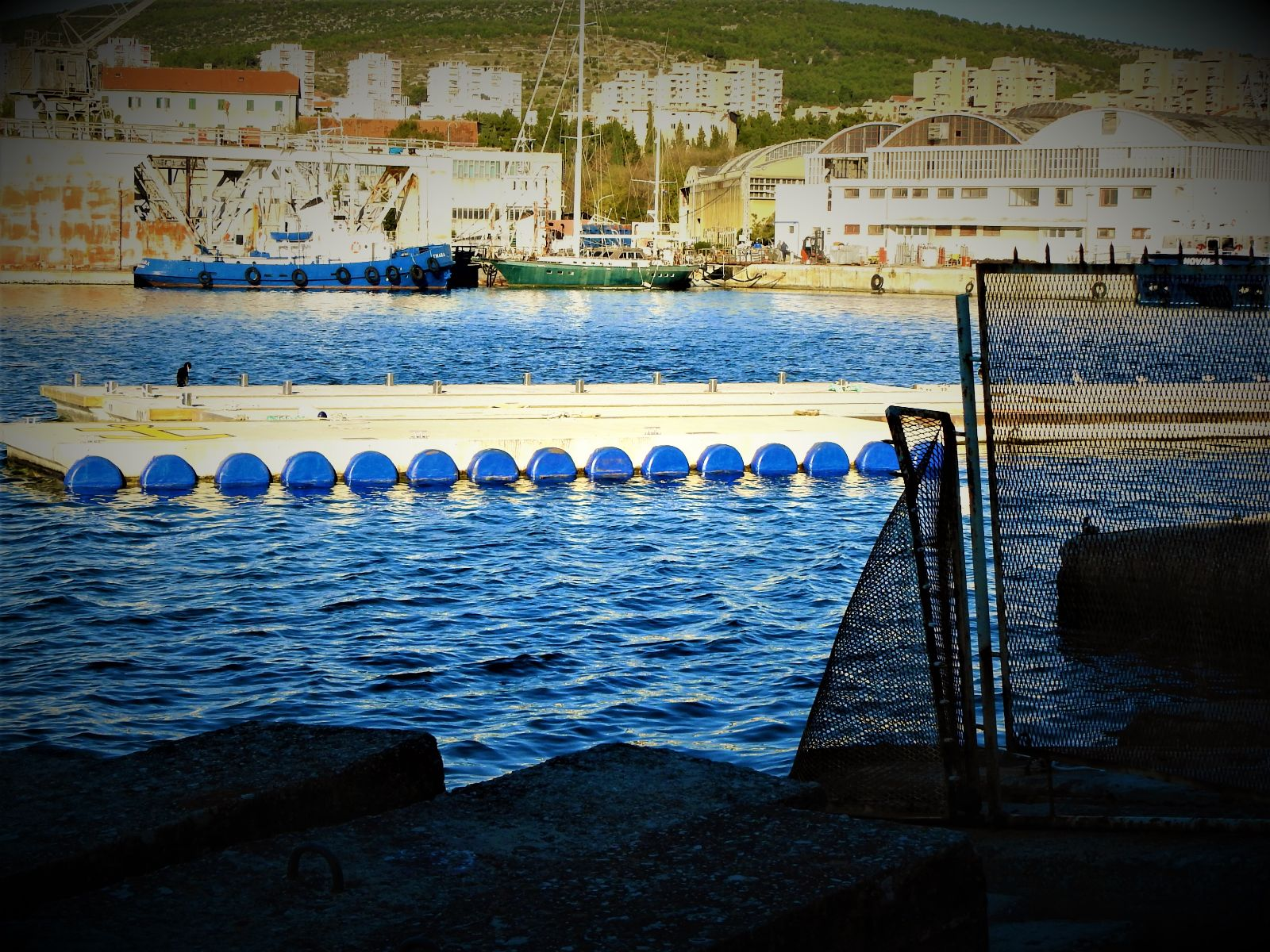 Pomorsko ne-dobro, brodogradilište u pozadini  (foto TRIS/G. Šimac)
