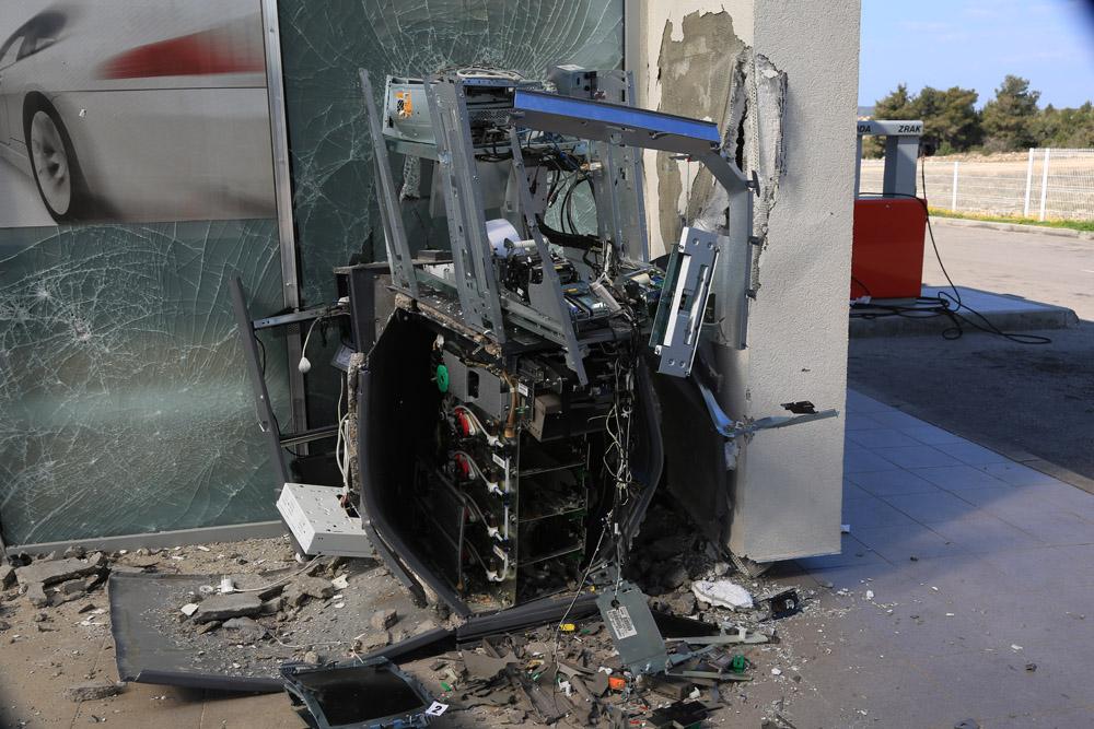 """U noćnoj pljački na benzinskoj crpki u Vodicama """"raznesen"""" bankomat"""