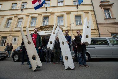 Kvačice nisu ušle u vijećnicu (foto ZG je naš!)