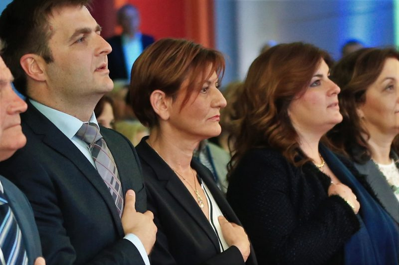 Martina Dalić (u sredini), domoljubna ruka na srcu, teška vremena dolaze… (foto TRIS/H. Pavić)