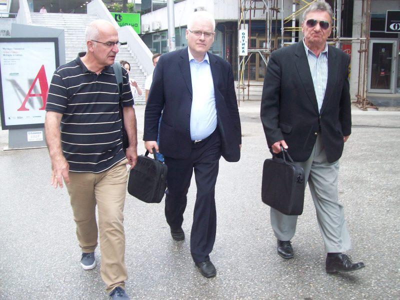 Makedonski novinar Aleksandar Damovski, Ivo Josipović iSašo Georgijevski u šetnji Skopljem