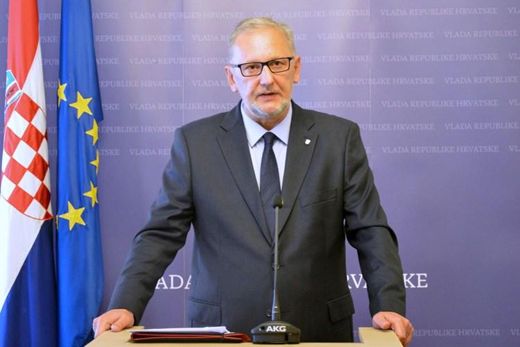 Nedugo nakon vukovarskog skupa D. Božinović kaže kako su 'privatna okupljanja najveće žarište' i najavljuje kazne 'na licu mjesta' za nenošenje maski