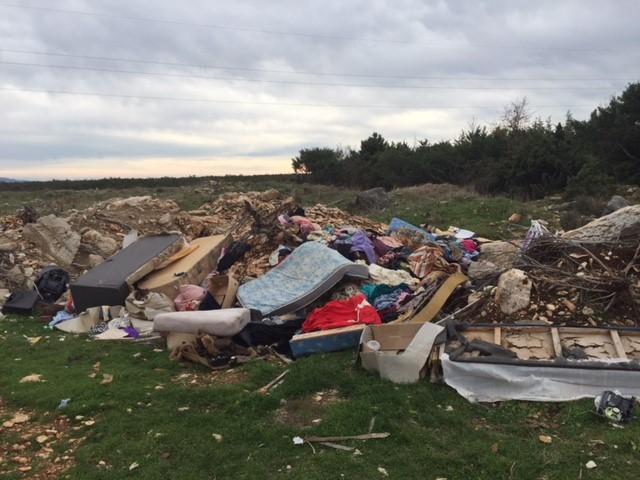 Na rubovima NP Krka : Gomile smeća uz šetnicu prema Trošenj gradu