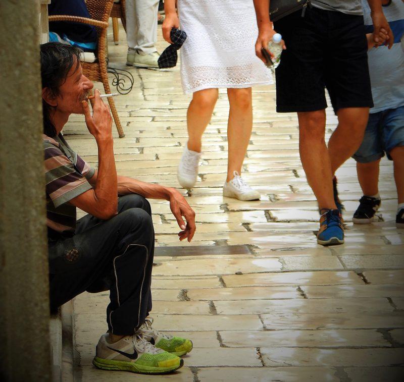 'Domorodac' sjedi i puši, turisti prolaze (foto TRIS/G. Šimac)