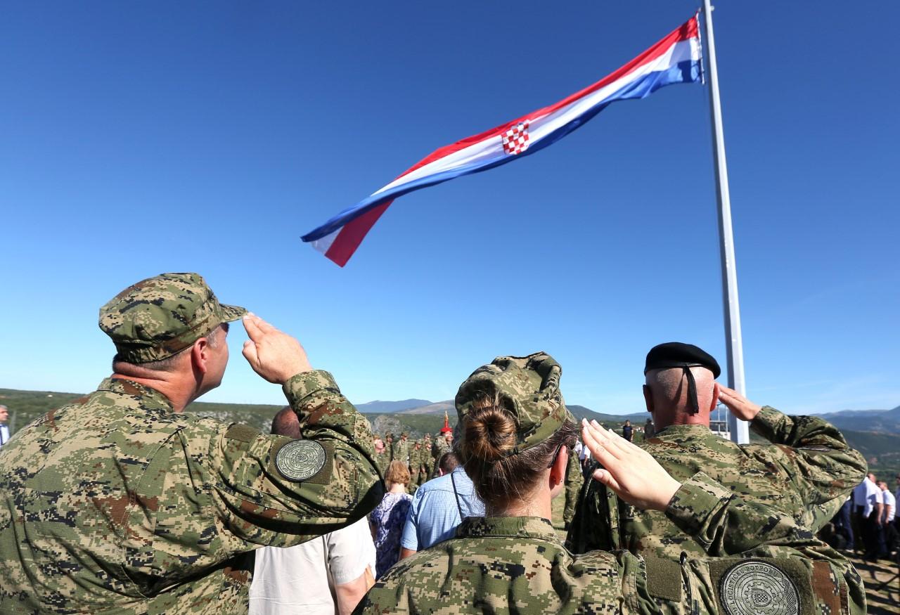 Generali nastupaju: Što manje vojnika, više generala…