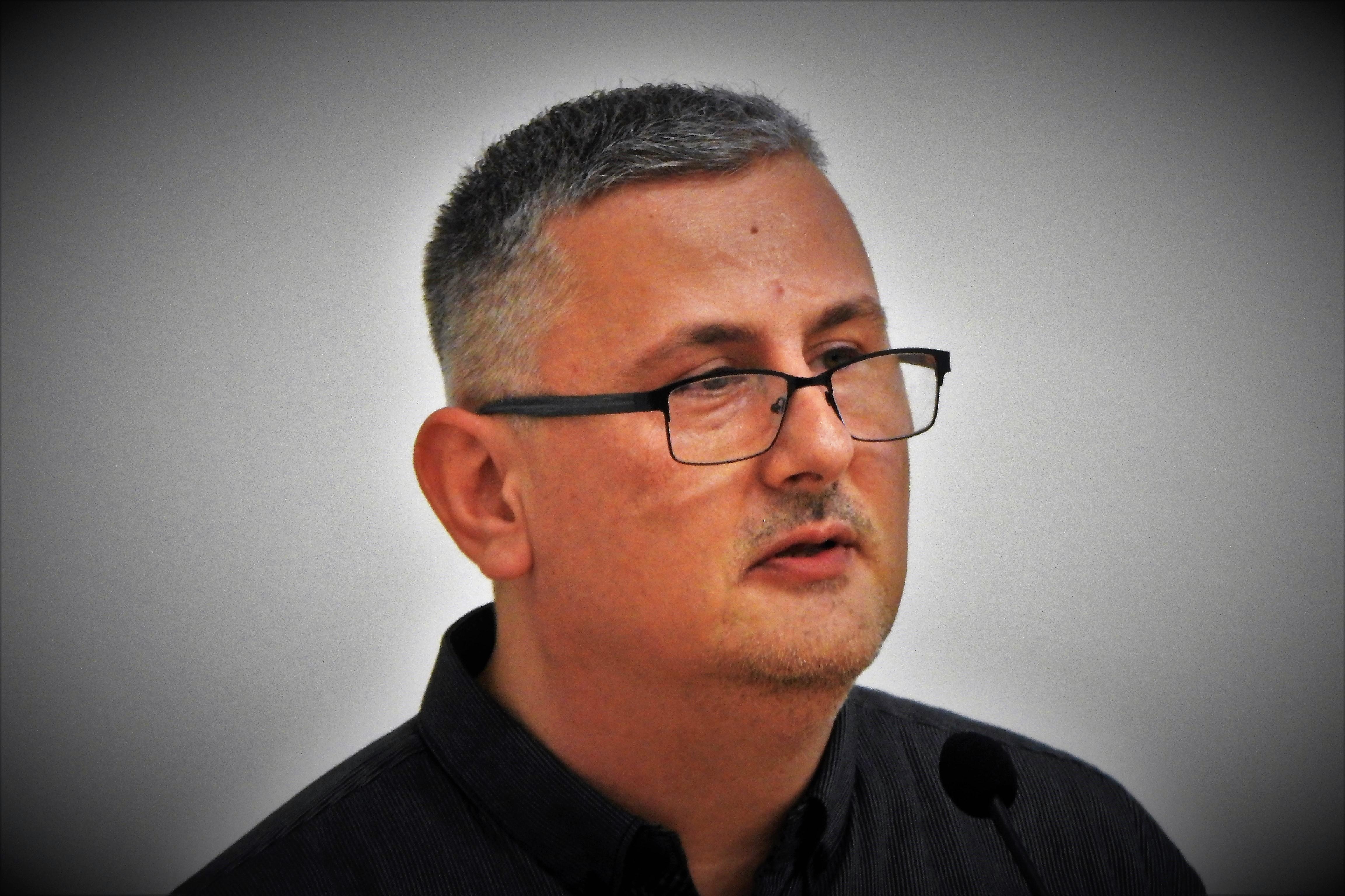 Intervju s povodom/ Ivica Šimić, knjižničar s tri diplome, autor kninske monografije: Bio sam premlaćivan u po' bijela dana, na glavnoj ulici, i nikoga nije bilo briga…