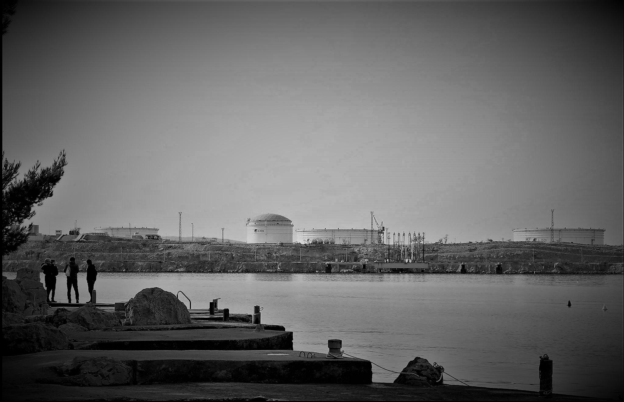 LNG se gradi, zdravom razumu i glasu naroda unatoč: Pametne zemlje, poput Crne Gore, investiraju u solarne elektrane i u budućnost, a ne u LNG i gubitke