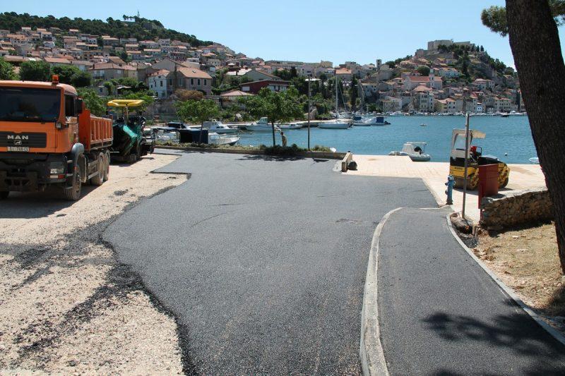 Asfaltiraju, pa crtaju: Crni asfalt pored plavog mora