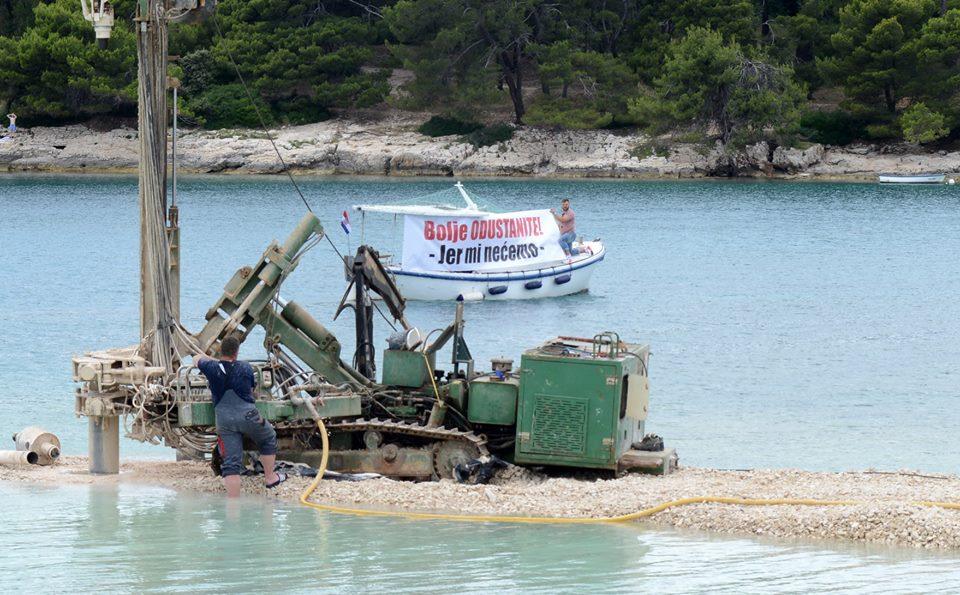 Slučaj ski-lifta u Puli: U more se, umalo na djecu, srušila 15-metarska željezna konstrukcija