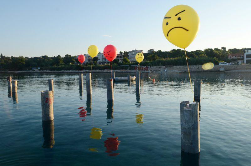 Ljutiti građani Pule: Noćna akcija balonima protiv koncesije u uvali Valovine