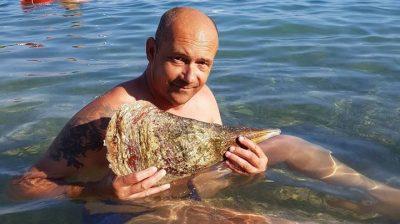 E.F. s mrtvom školjkom (foto Facebook)