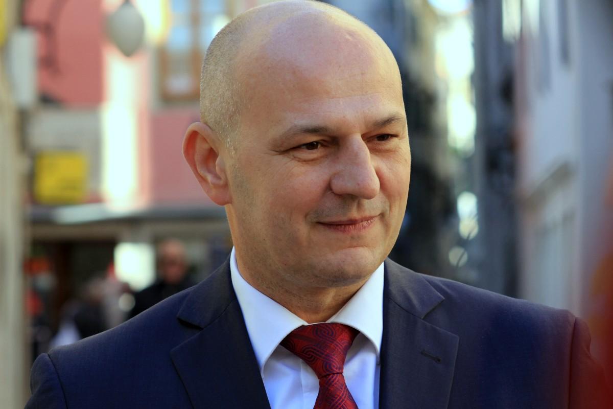"""Mislav Kolakušić u HRT-ovoj emisiji """"Nedjeljom u 2 """": Da sam premijer, smanjio bi plaće za 30 posto cijeloj državnoj i lokalnoj upravi, što je barem 100 tisuća radnih mjesta manje…"""