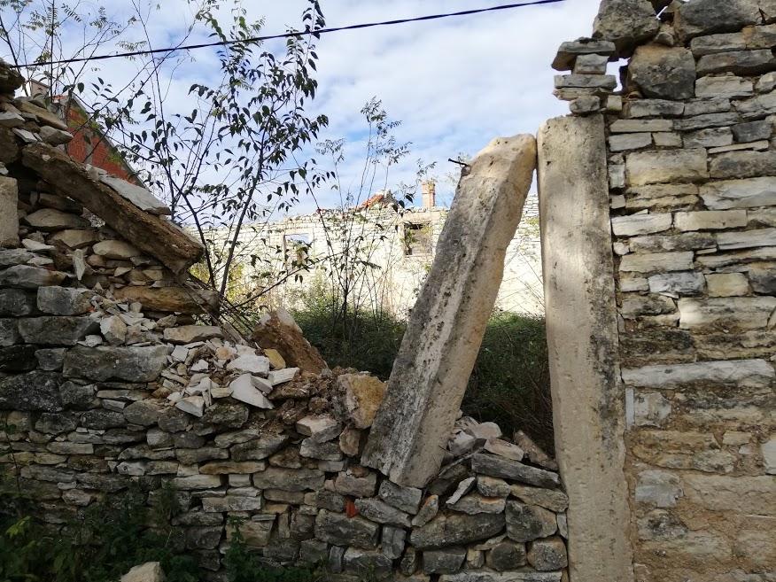 Ruševina u centru Kistanja u kojoj su stradali dječaci od zaostale bombe, i danas nezaštićena, neograđena prijeti