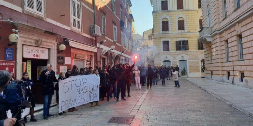 Zadarski prosvjed / Ana Gurlica: Moje dijete je zatvoreno u kući, dok Daruvarac pije kavu na Kalelargi
