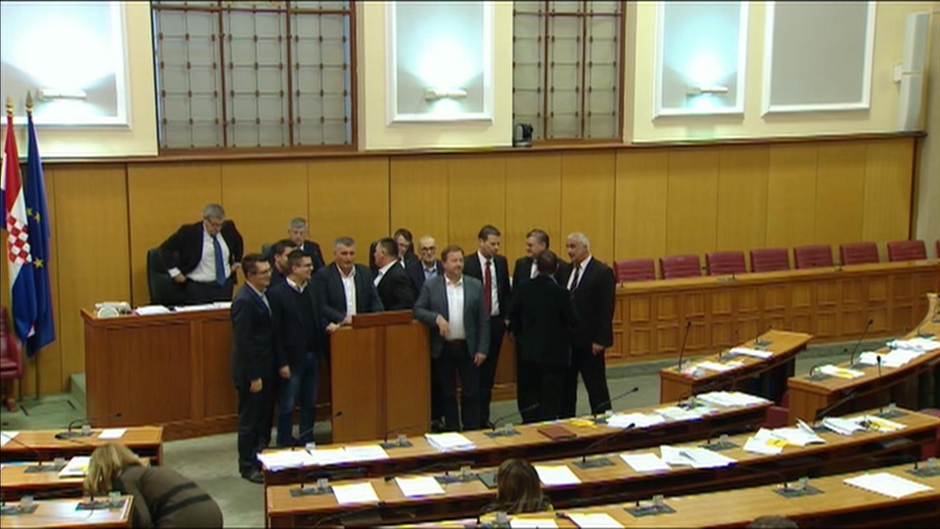 """""""Poljoprivreda"""" posvađala zastupnike: Zašto su vladajući htjeli raspravljati o Zakonu o poljoprivredi dan prije, i bez ministra Tolušića?"""