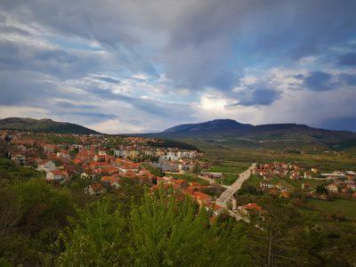 Drniš gledan s jugozapada (foto Tris/G. Šimac)