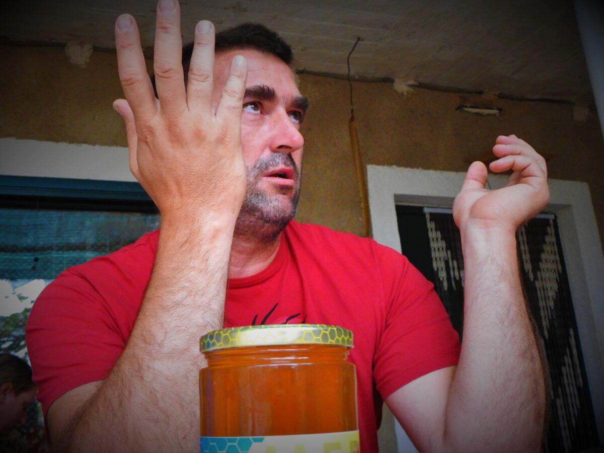 Jovica Matijević, pčelar: Lokalnim političarima lakše je uložiti u autobuse za birače iz Srbije, nego pomoći mojoj obitelji s dvoje male djece da ovdje ostane…