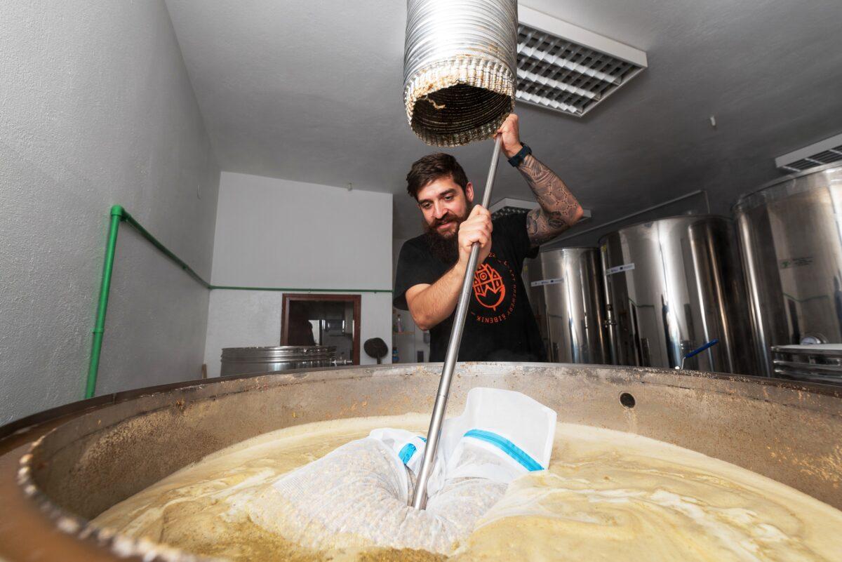 """U Šibeniku promovirano novo šibensko-makedonsko craft pivo """"Herz"""": """"Srčano"""" i zdravo, k tome prvo pivo u svijetu posvećeno jednom kadriokirurgu, dr. Sašku Jovevu!"""