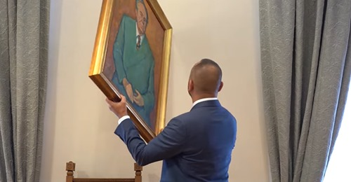 """Zekanovićev """"ilegalni performance"""" u Saboru: Manolićev portret okrenuo naopako, ne može gledati to lice!"""