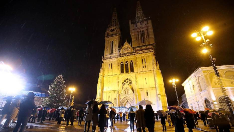 Sretan Božić: Plenković pozvao građane da mise prate preko TV-a, pa sam otišao na misu u zagrebačku Katedralu…