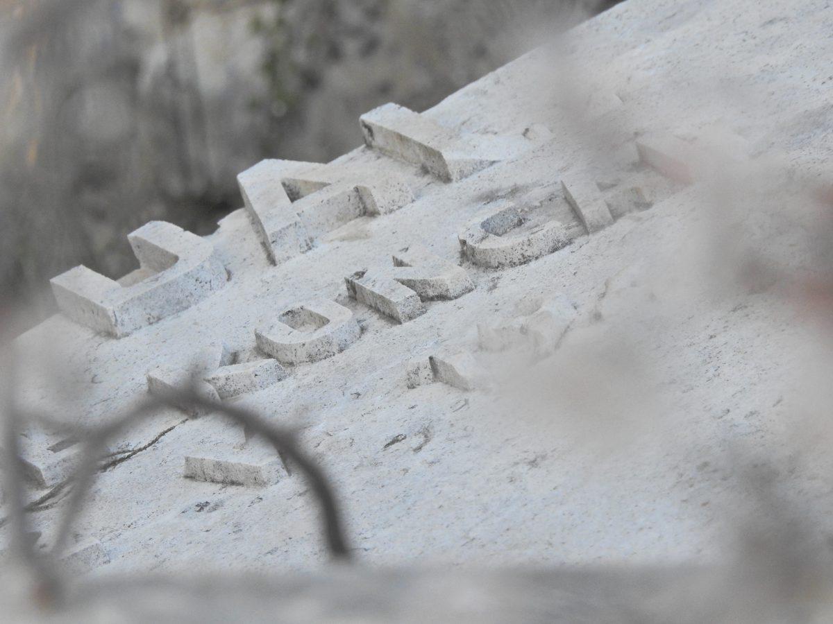 U Ražinama kod Šibenika, vandali uništili još jedan spomenik NOB-e: Pao je i monolit s uklesanim riječima Rade Končara