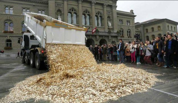Švicarci istovarili šleper kovanica ispred zgrade parlamenta