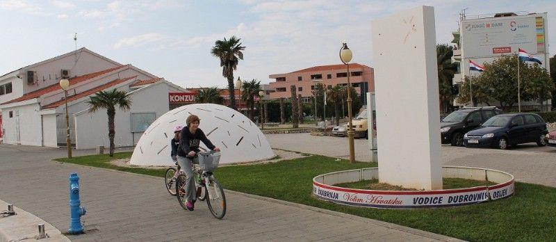 Nedovršeni Spomenik žrtvama komunističkog režima na rivi u Vodicama