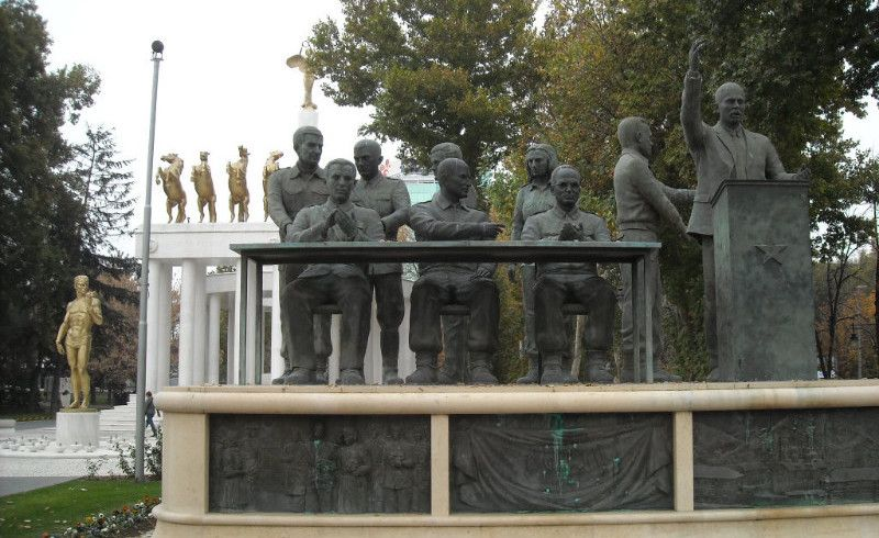 Spomenici u prvom planu, spomenici u drugom planu...
