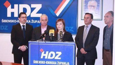 Jelena Obratov bila je kandidat HDZ-a za načelnicu Općine Tisno - u društvu s dožupanom Tomislavom Vrdoljakom, županom Goranom Paukom predsjednikom ŽO HDZ-a Antom Kulušićem i bivšim načelnikom Općine Tisno Josom Stegićem (Foto: HDZ)
