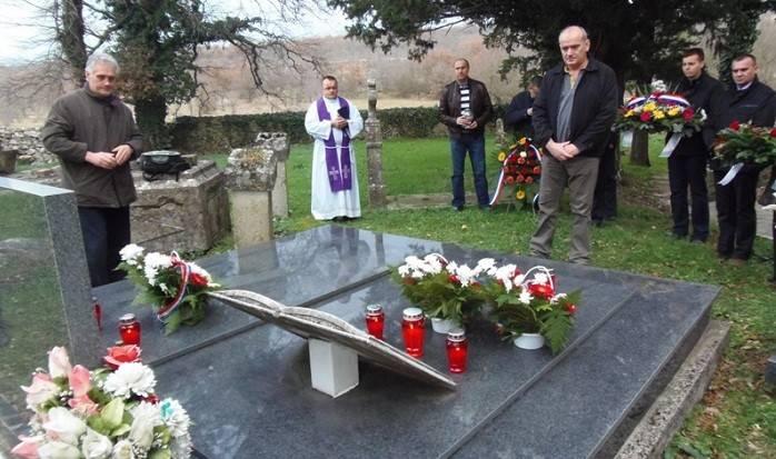 Zapaljene su svijeće i položeno cvijeće na mjestu stradanja i na grobu ubijenih (Foto: Grad Benkovac)
