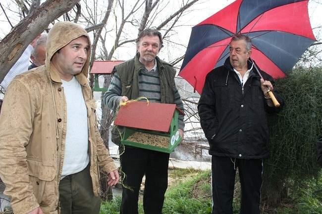 Željko Krnčević, Dino Karađole, Zoran Rupić i Ivan Piližota postavljaju prvu hranilicu (Foto Hrvoslav Pavić) (5)