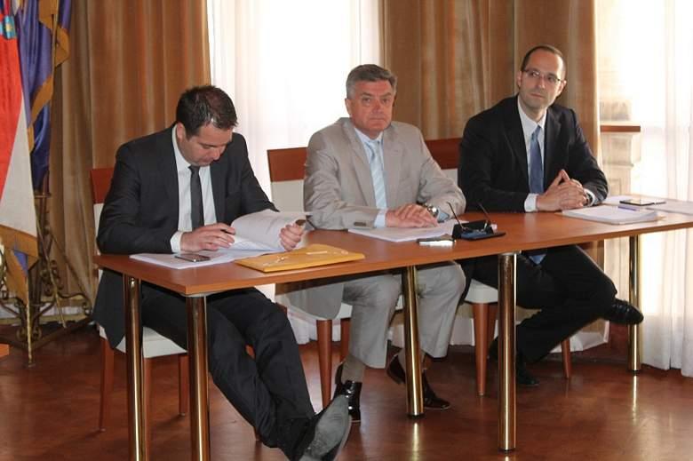Gradsko vijeće Šibenika - gradonačelnik s dogradonačelnicima (Foto H. Pavić)