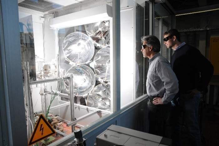 Znanstvenici kraj solarnog reaktora (izvor: www.solar-jet.aero)
