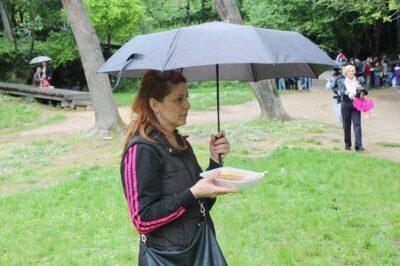 Unatoč kratkotrajnoj kiši, na Krki podijeljeno 1500 porcija graha: Pred kazan stali i turisti