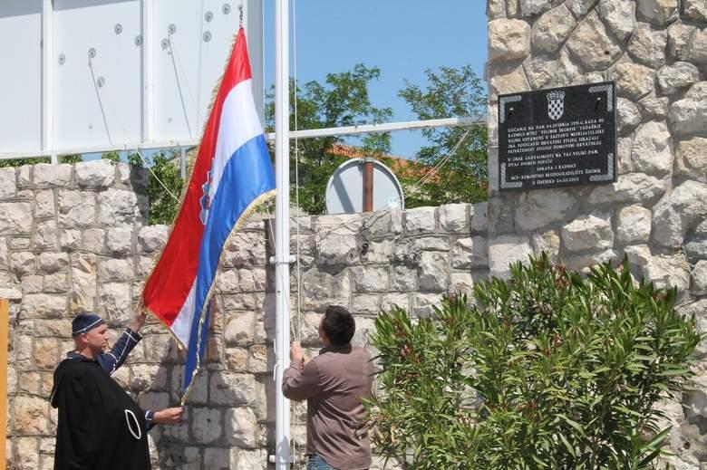 Svečano podizanje zatave u Remontu (Foto H. Pavić) (4)