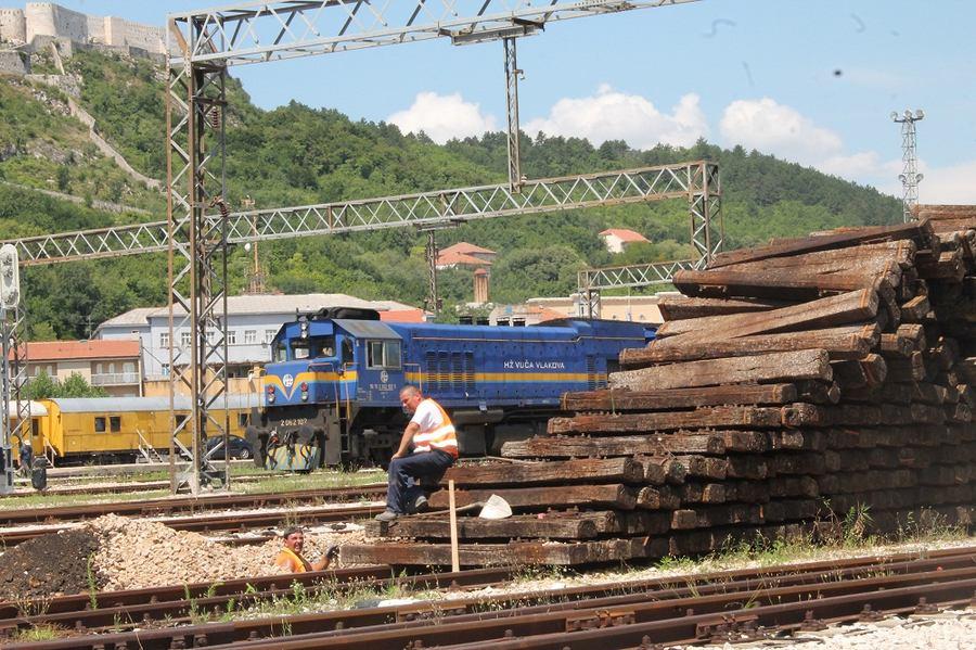 Željeznički pragovi na kninskom kolodvoru čekaju spaljivanje (Foto H. Pavić) (12)
