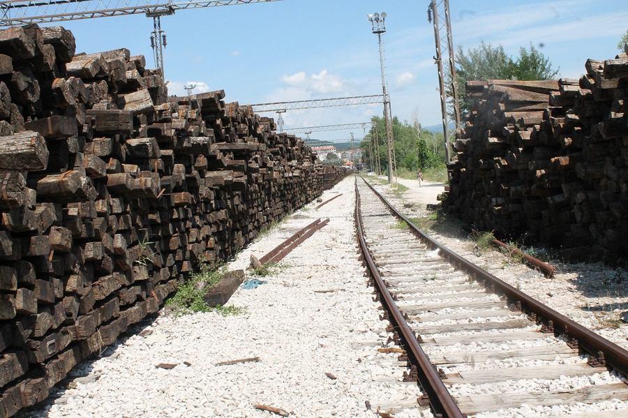 Željeznički pragovi na kninskom kolodvoru čekaju spaljivanje (Foto H. Pavić) (7)