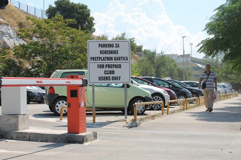 Isječene gume na parkingu u šibenskoj luci (Foto H. Pavić) (1)