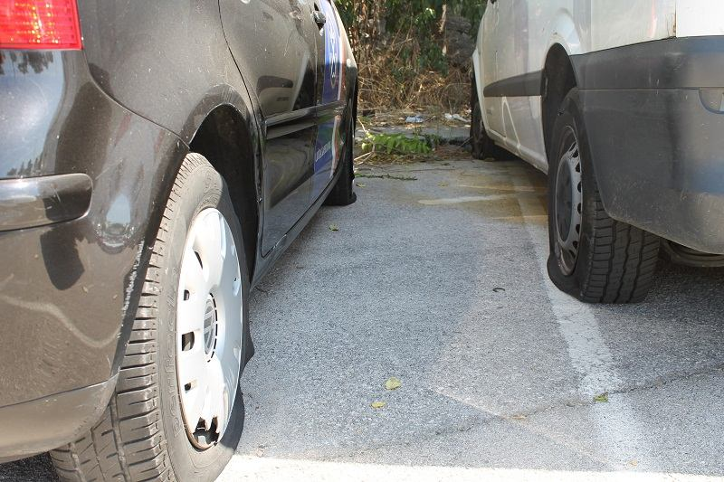 Isječene gume na parkingu u šibenskoj luci (Foto H. Pavić) (6)