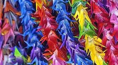 Raznobojni papirnati ždralovi - Japanci ih izrađuju svake godine u spomen žrtava Nagasakija i Hirošime (foto Wikipedia)